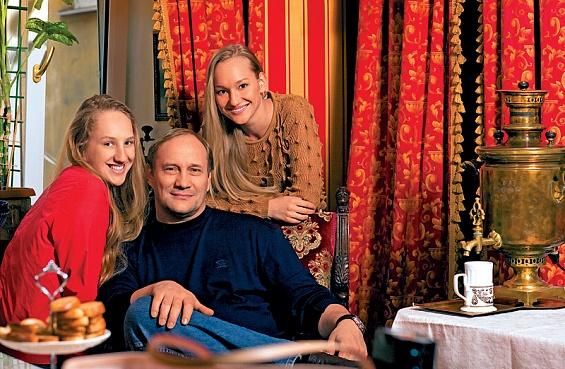 Евгений Сидихин с дочерьми Аглаей (слева) и Полиной. Фото: Андрей Федечко