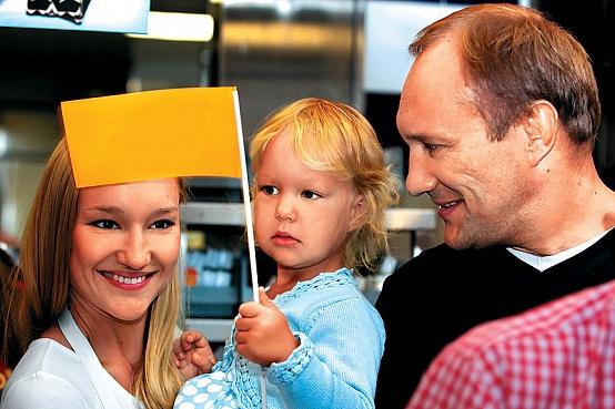 Евгений с Полиной и младшей дочерью Анфисой (Санкт-Петербург, 2009). Фото ИТАР-ТАСС