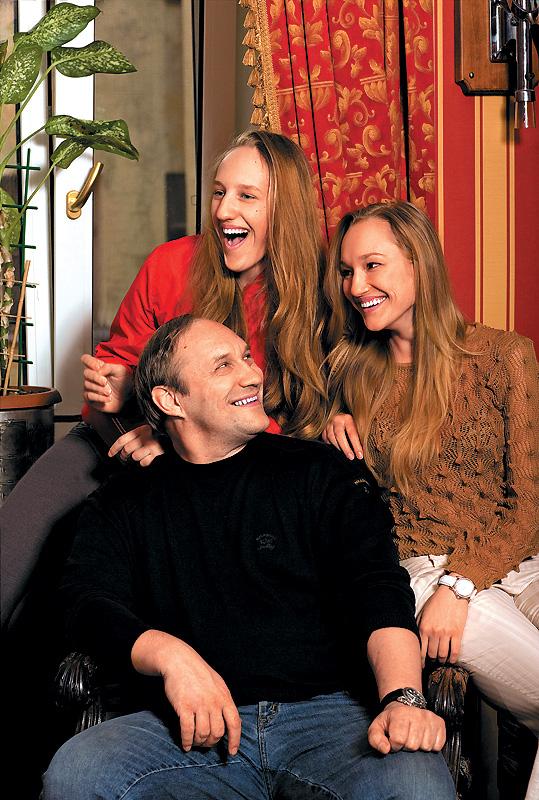 Папа очень хотел сына, как любой мужчина. Ну а потом понял, что именно дочери — наибольшее счастье для отца. Фото: Андрей Федечко